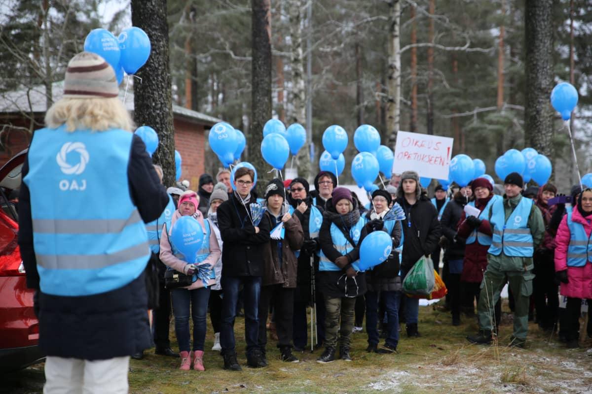 Hyvinkäällä ja Riihimäellä Hyria-ammattikoulun ammatilliset opettajat marssivat tänään ulos koulusta puoliltapäivin.