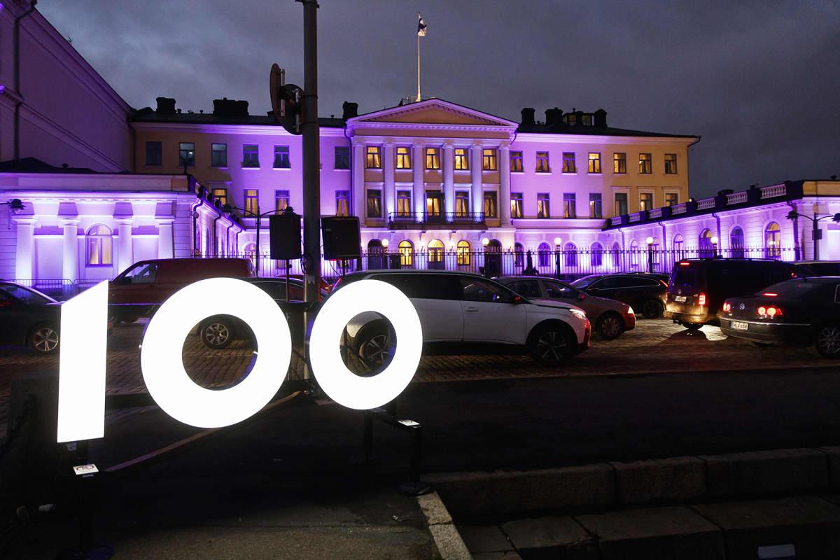 Suomi 100 -itsenäisyyspäivän valmisteluita Presidentinlinnan edustalla Helsingissä 4. joulukuuta.