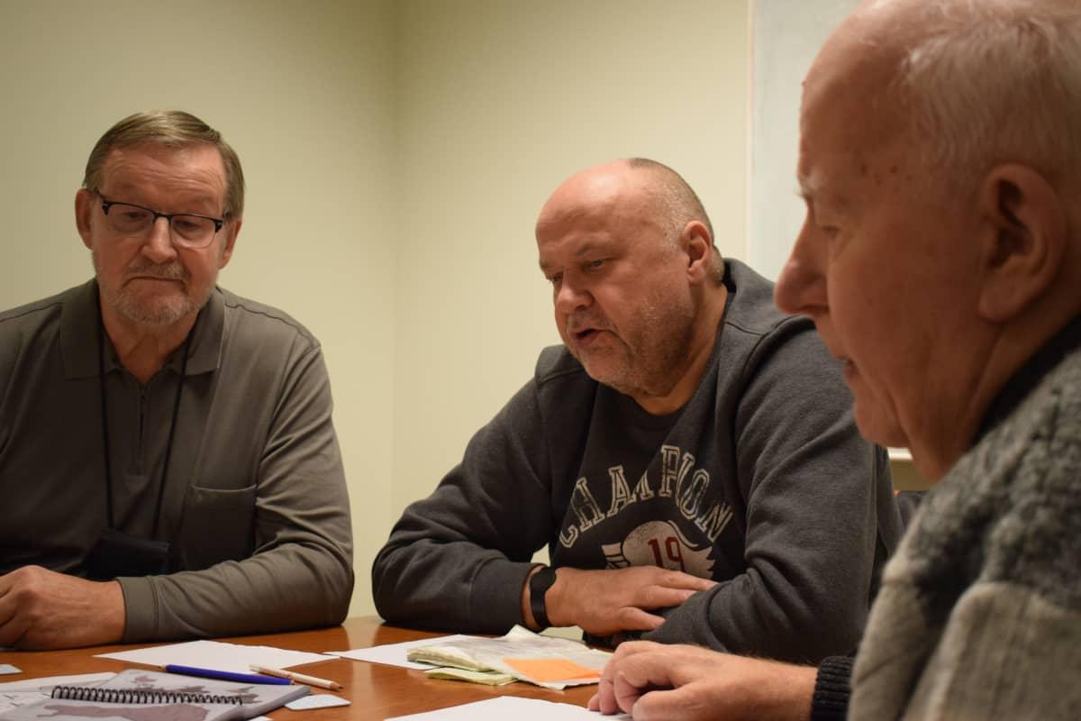 Mauno Paananen (vas.), Reijo Vilhonen ja Arto Mattila puheterapiakokoontumisessa.