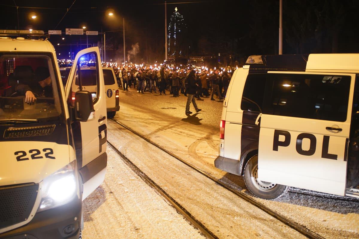 612.fi -yhdistyksen järjestämä soihtukulkue Helsinginissä itsenäisyyspäivänä 6. joulukuuta