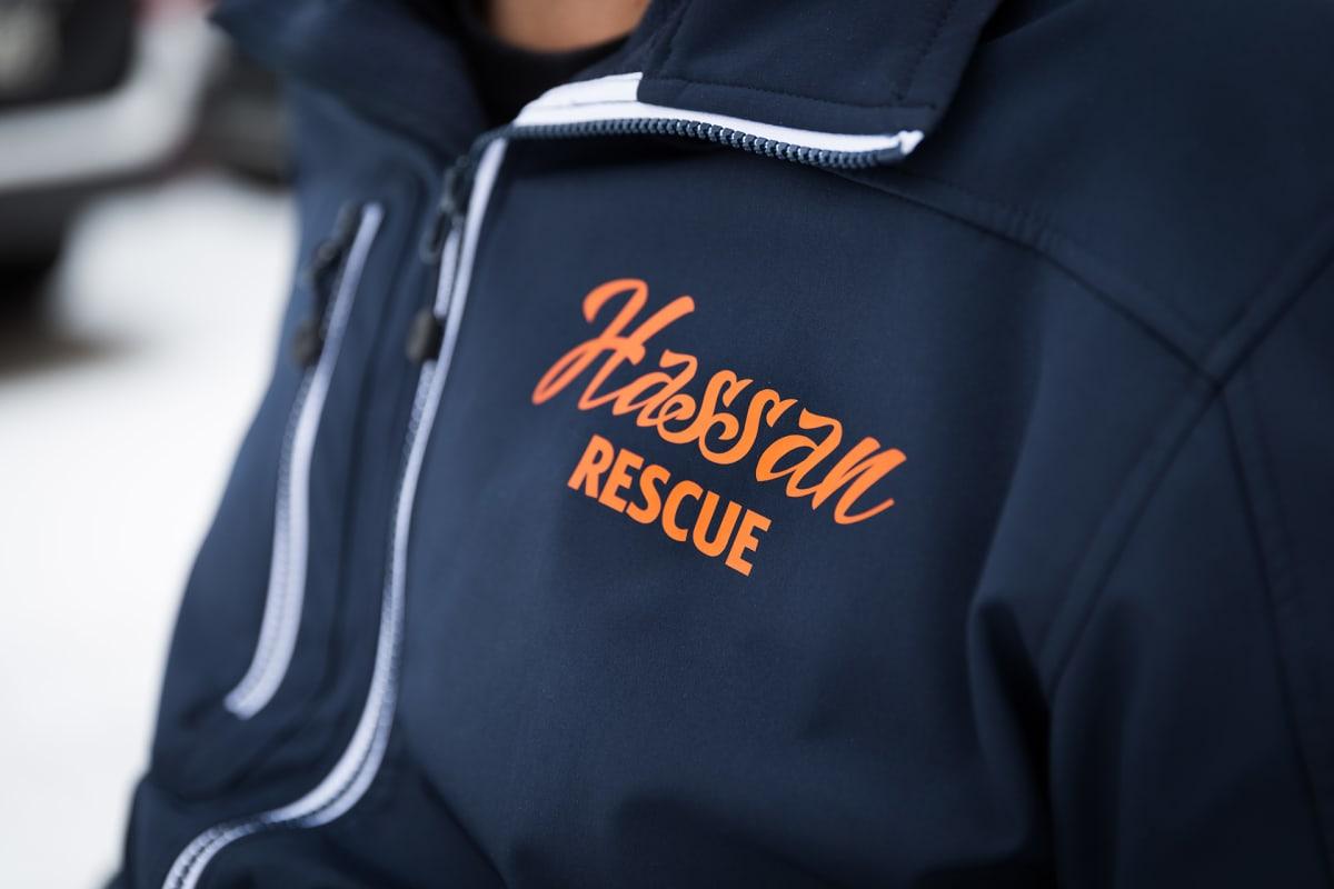 Lähikuva hassanin takista jossa lukee Hassan rescue.