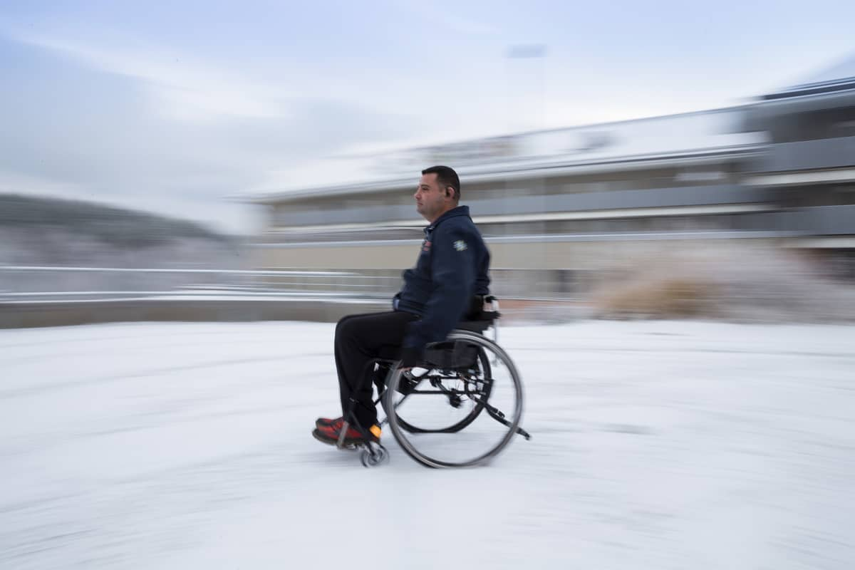 Hassan ulkona pyörätuolissa.