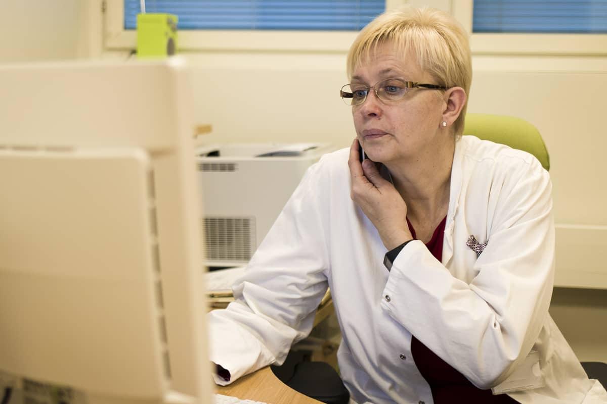 Lääkäri Anne Talvensaari-Mattila puhuu puhelimessa