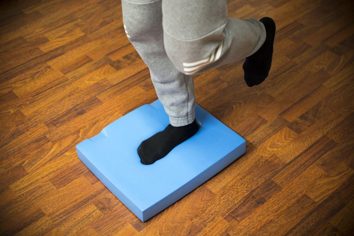 Tasapainoa treenataan yhdellä jalalla seisten.