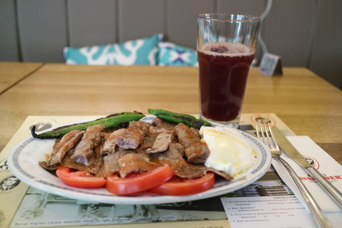 Iskender-kebabia juodaan Bursassa rypälemehun kanssa.