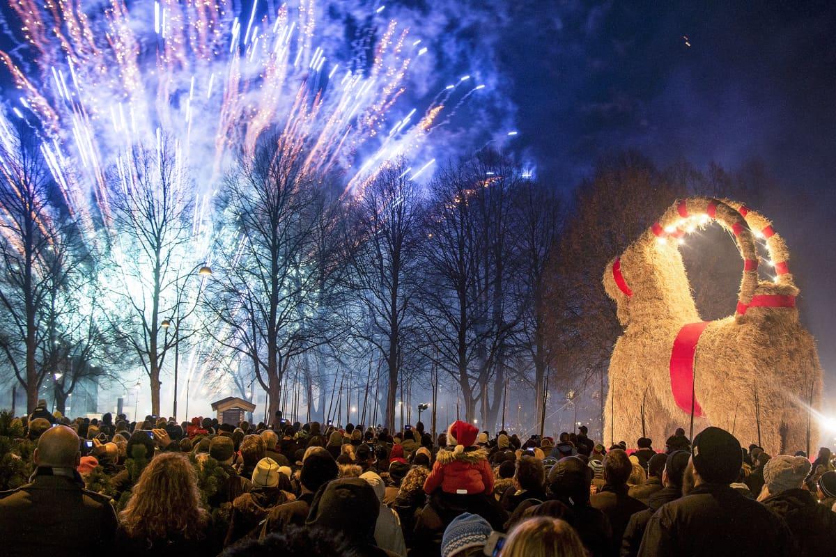 Ilotulitus, paljon ihmisiä katsomassa ja myös Gävlen kuuluisa iso olkipukki kuvassa