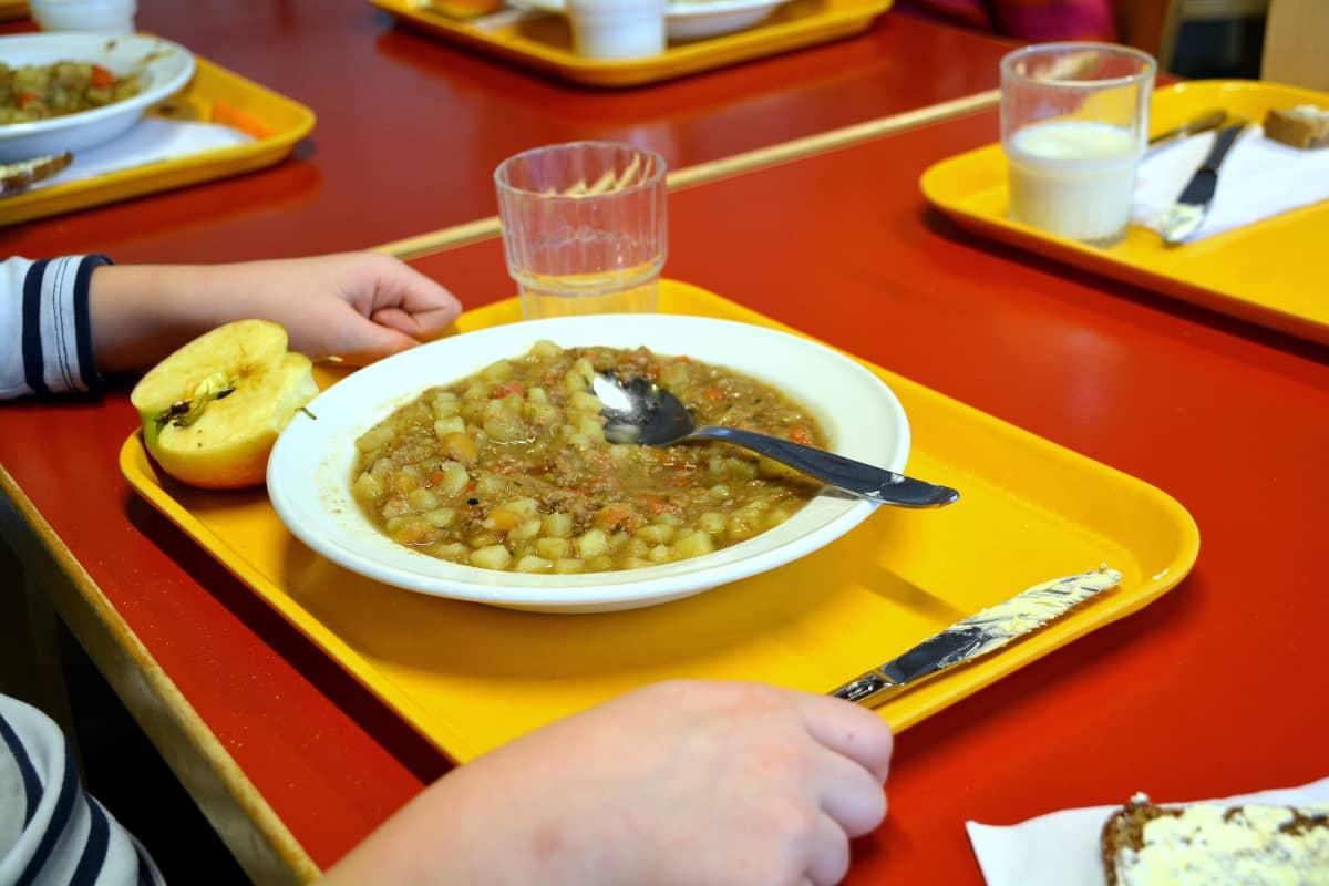 En portion köttsoppa i skolan.
