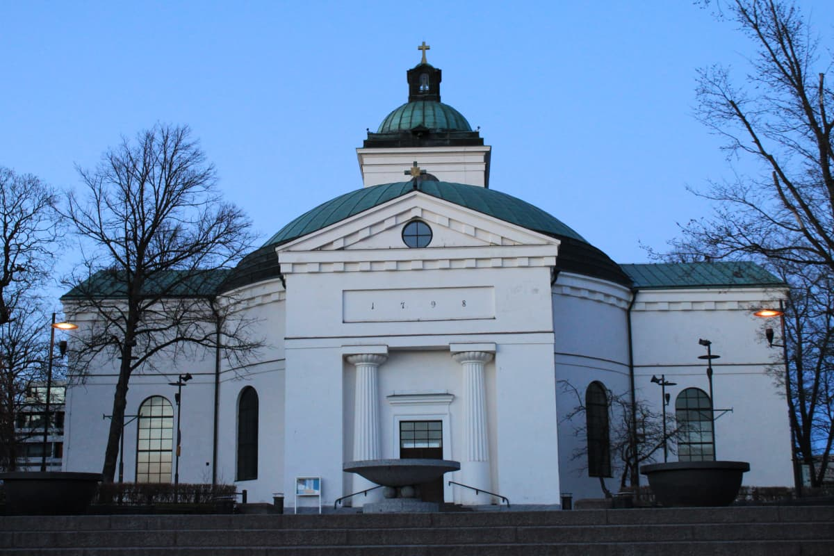 Hämeenlinnan kirkko iltavalaistuksessa.