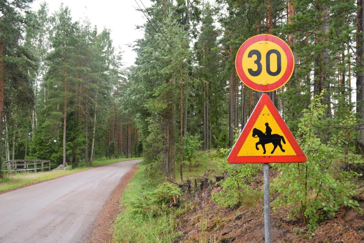 Vägskylt som varnar för ryttare på häst och 30 km/h gäller.