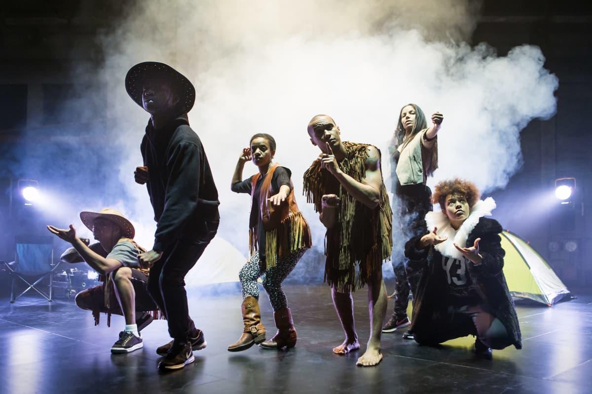 Zodiak - Uuden tanssin keskuksen tanssijat lavalla