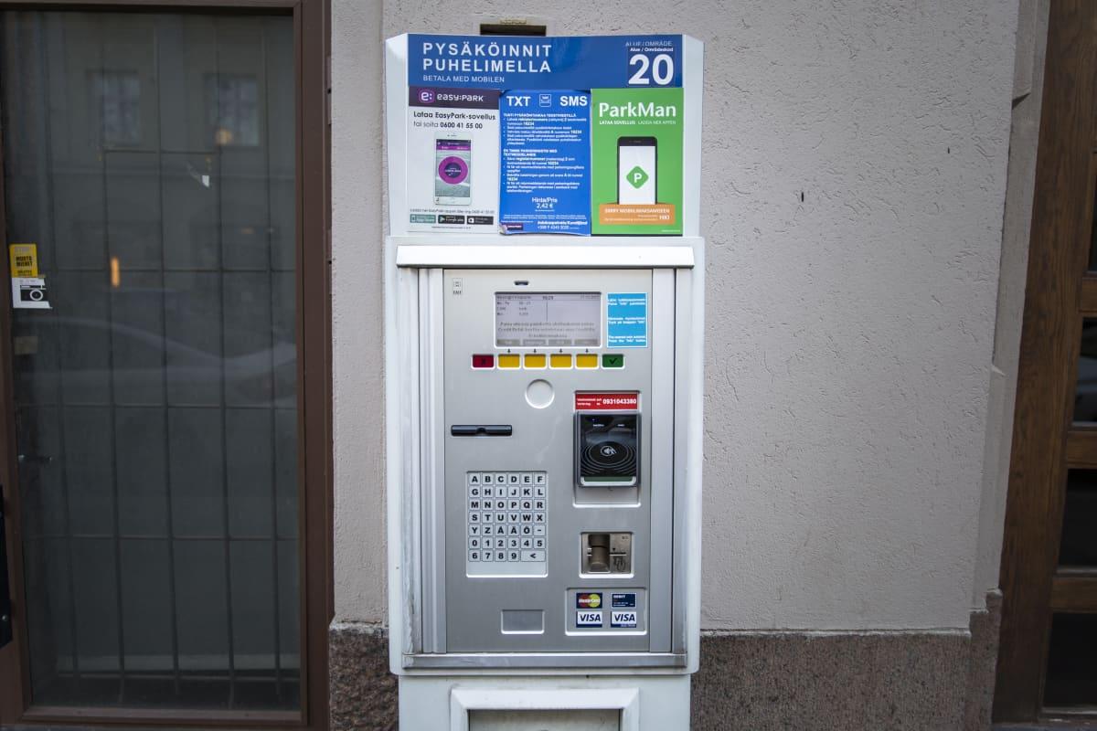 Parkkimittari, josta voi ostaa matkalippuja.