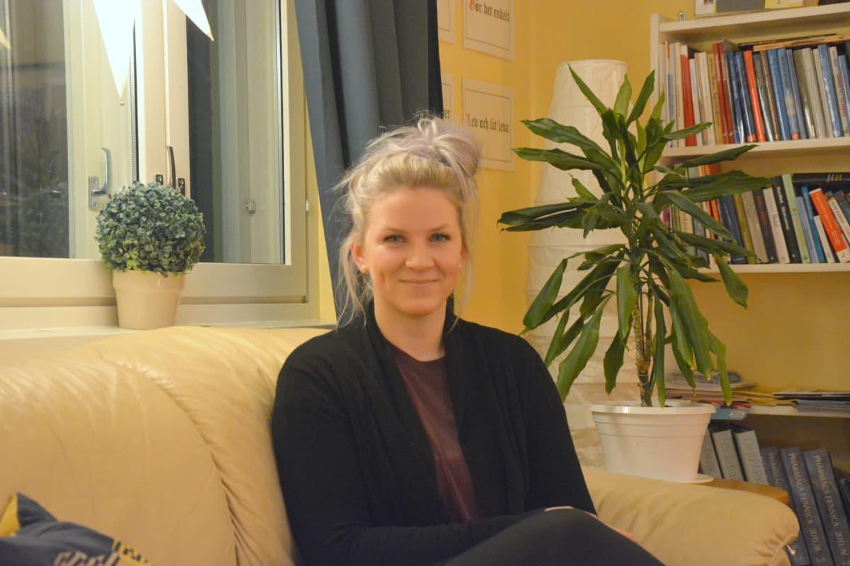Jenni Ahlbäck jobbar med drogmissbrukande unga i ett nytt uppsökande projekt.