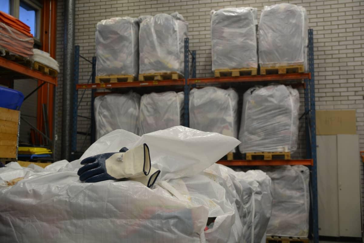 Inpackade kläder i Remeos förråd, redo för export