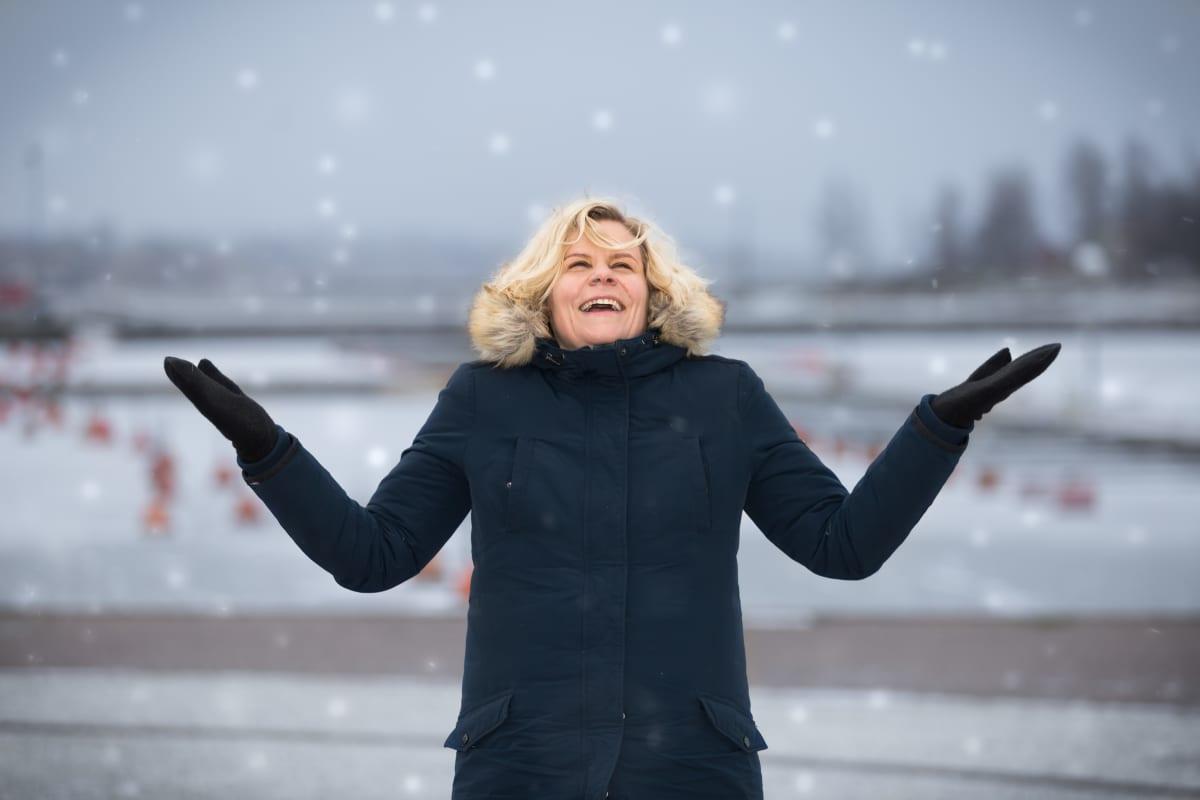 Paula Noronen iloitsee lumisateesta.