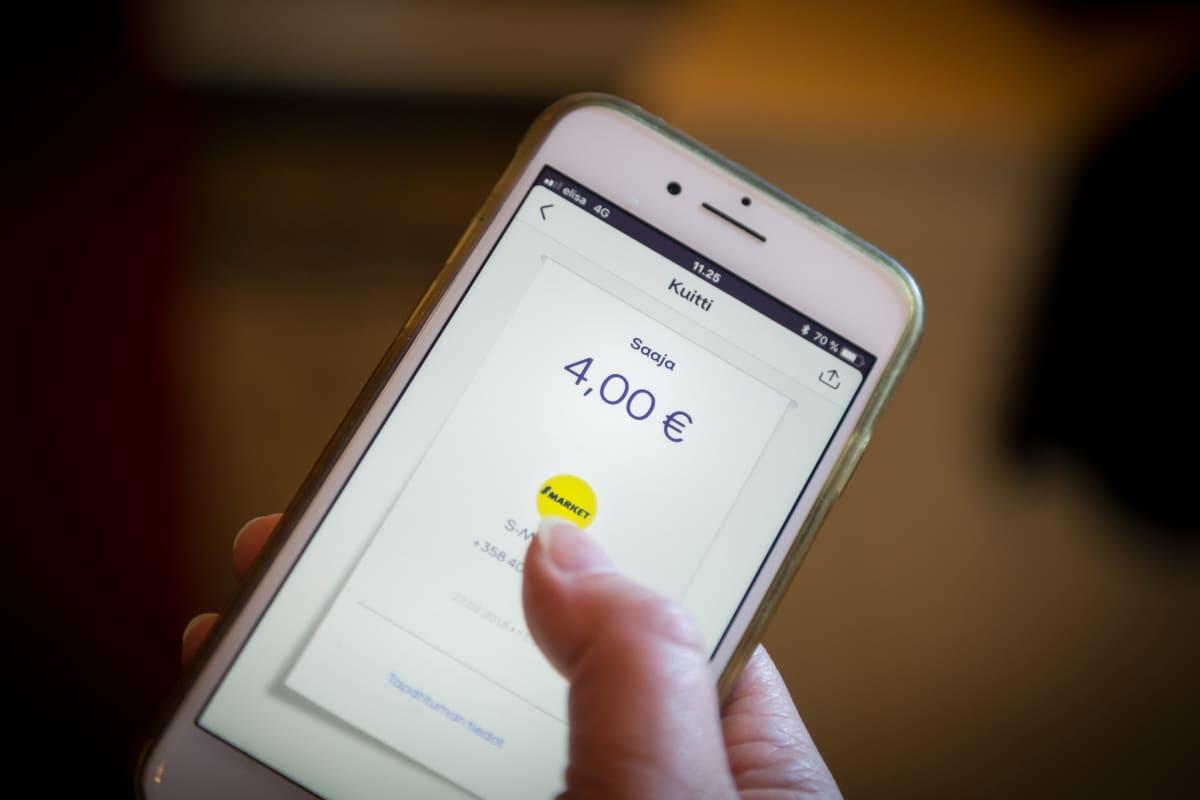 MobilePay-sovelluksella maksamista käynnylällä S-ryhmän kaupoissa, 27.2.2018.