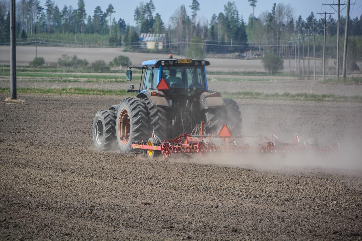 Kristoffer Nilssons granne i sin traktor