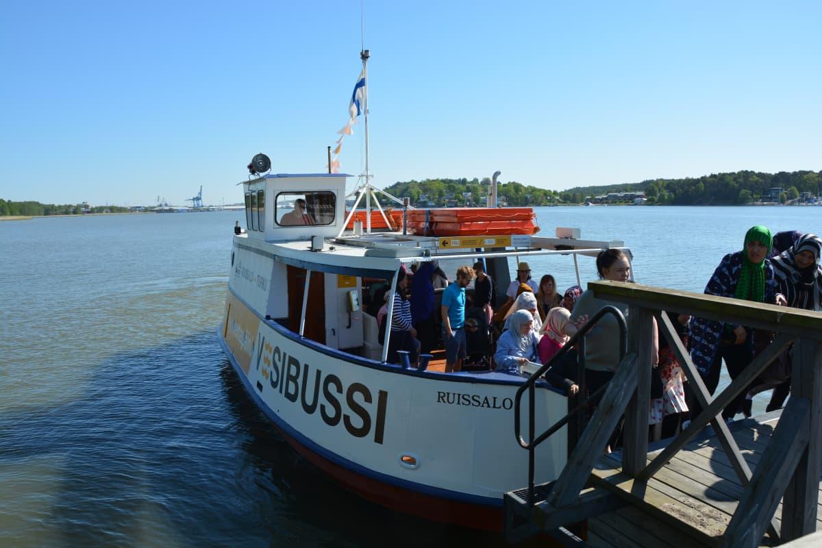 Matkustajat poistuvat vesibussin kyydistä Ruissalossa.