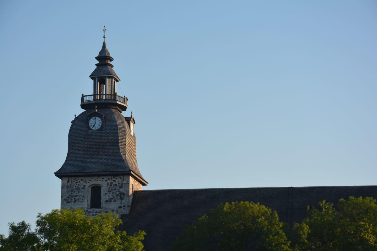 Naantalin kirkon kello näyttää kello seitsemää.