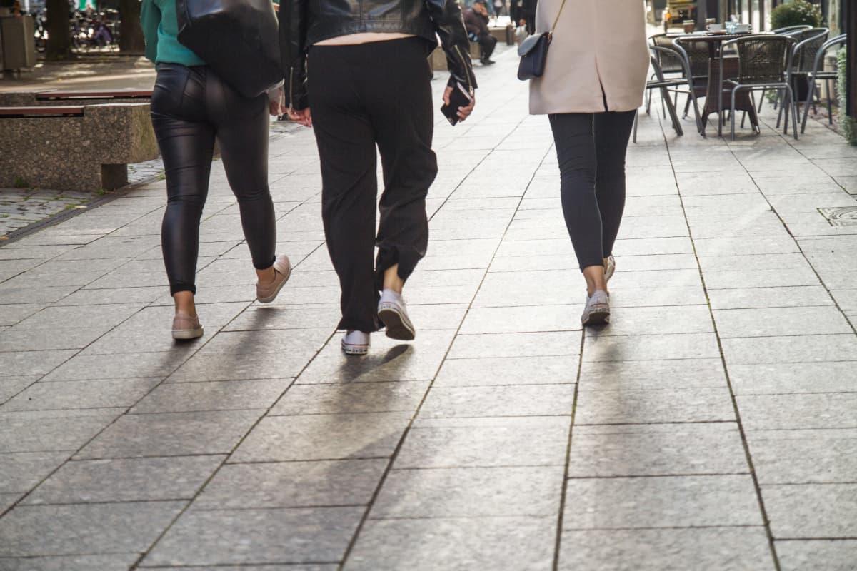 Nuorten ihmisten jalkoja.
