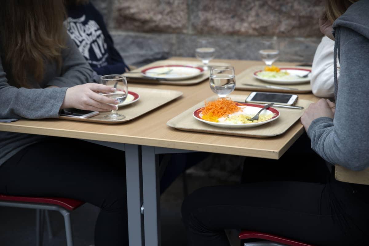 Oppilaat syövät koululounasta