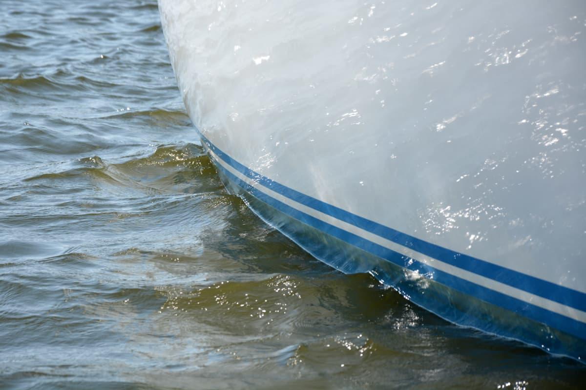 Veneen kylki.