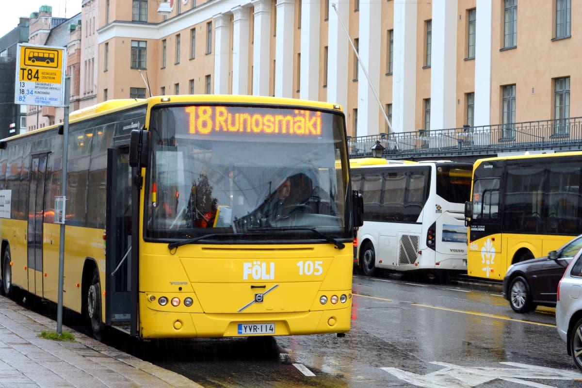 Busseja Turussa Linnankadulla.