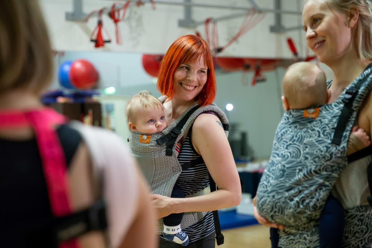 Äitiyslomalla oleva Linda Mustelin lapsensa kanssa Kirppanat vauvajumpassa, Arena Center, Hakaniemi, Helsinki, 14.11.2018.