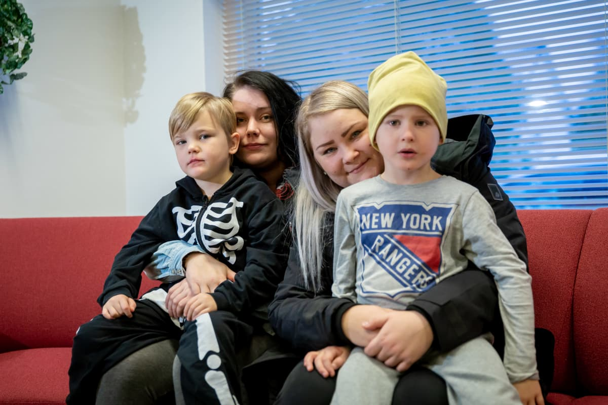 Kaksi äitiä poikineen Pietarsaaresta rokotettavana Luodossa, tummatukkainen Johanna Nummensalo ja Pyry 4 v., ja vaaleatukkainen Anna Hautala ja Venho, 5 v., Luoto, 4.12.2018.