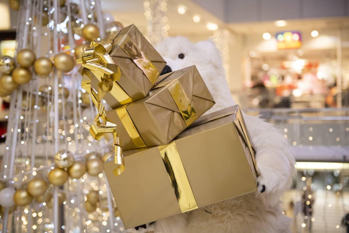 Kauppakeskuksessa joulupakettikoristelua
