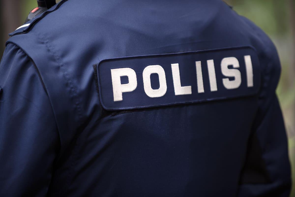 Poliisi kuvattu selkäpuolelta.