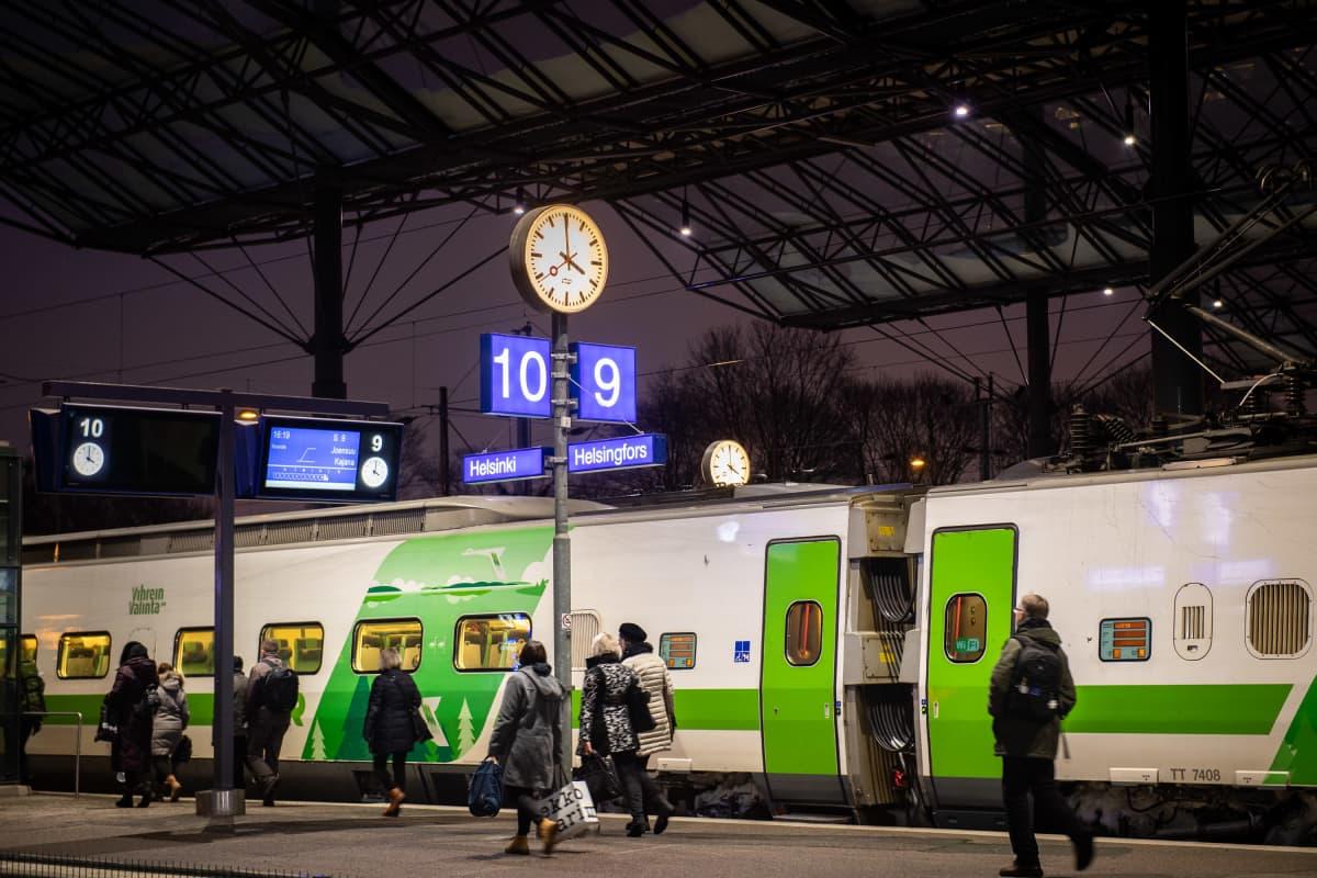 Juna Helsingin rautatieasemalla.
