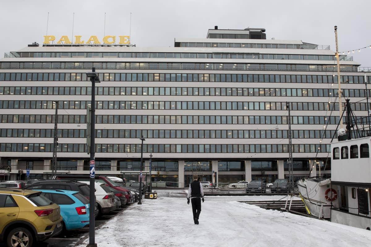 Mies kävelee Etelärannan edustalla Helsingissä.
