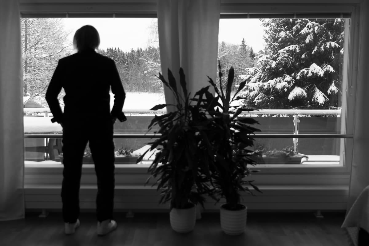 Danny katsoo ikkunasta ulos.