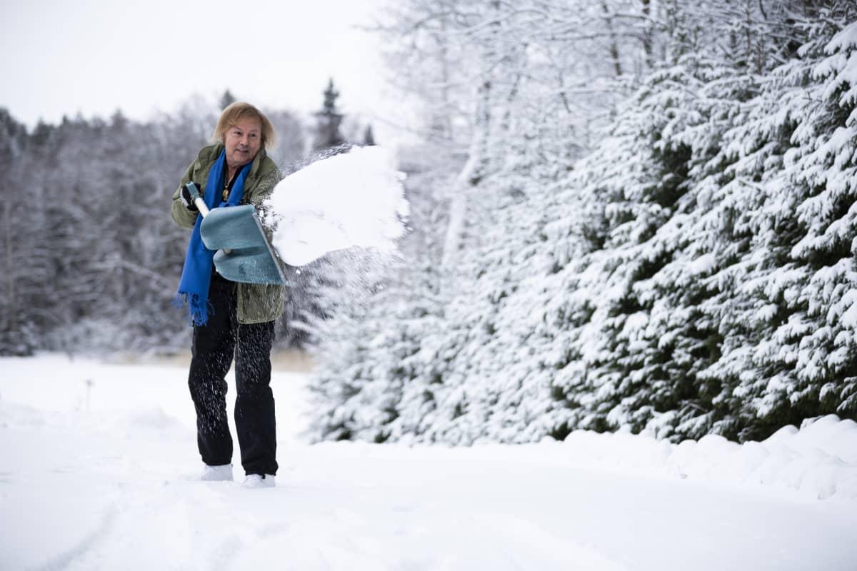 Danny lapioi lunta kotipihallaan.