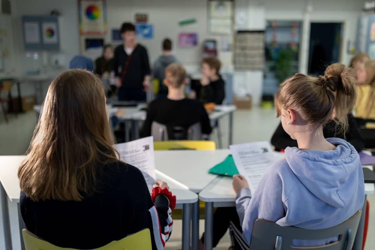 Yhdeksännen luokan oppilaita englannin kielen opetuksen tunnilla.