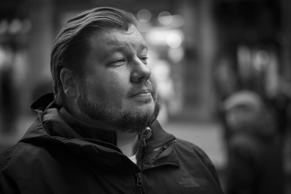 Elokuvaohjaaja Joonas Berghäll tarkkailee ihmisiä Aleksilla.