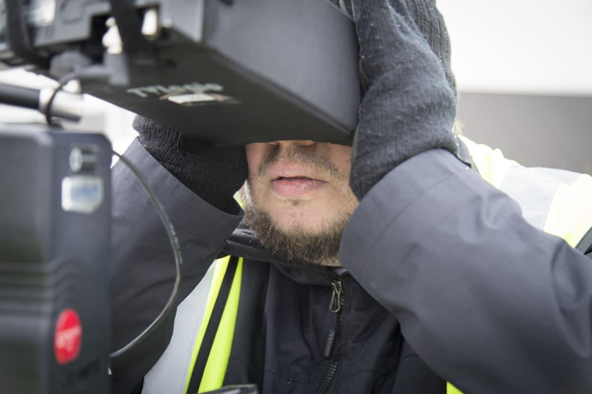 Elokuvaohjaaja Joonas Berghäll Isiä ja poikia elokuvan kuvauksissa.