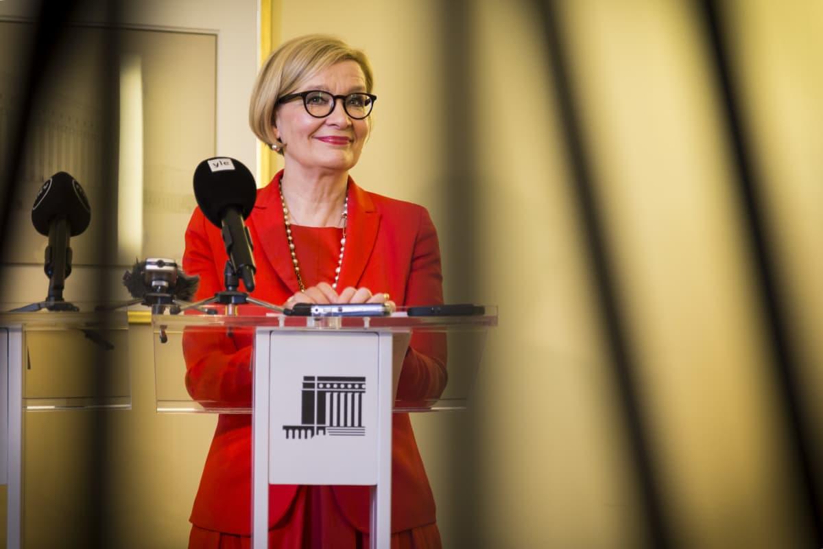 Paula Risikko eduskunnan tiedotustilaisuudessa.