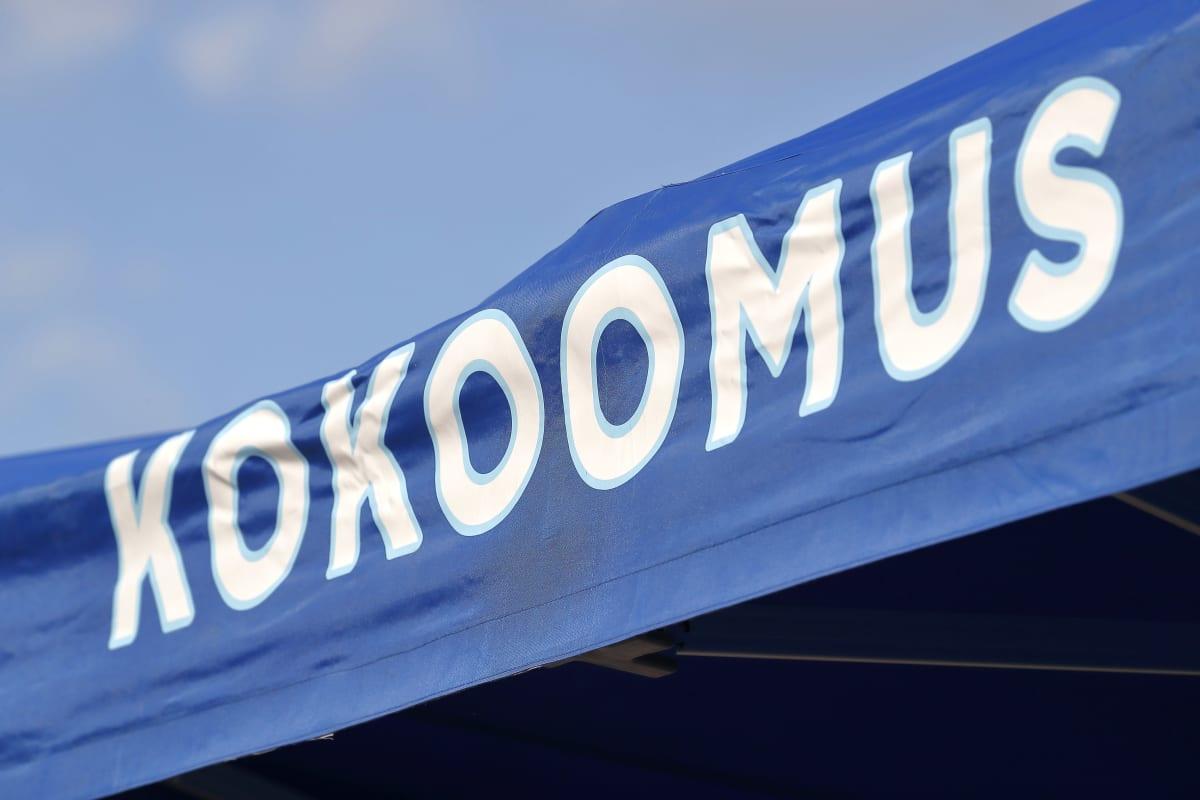 samlingspartiets logotyp på ett tält.