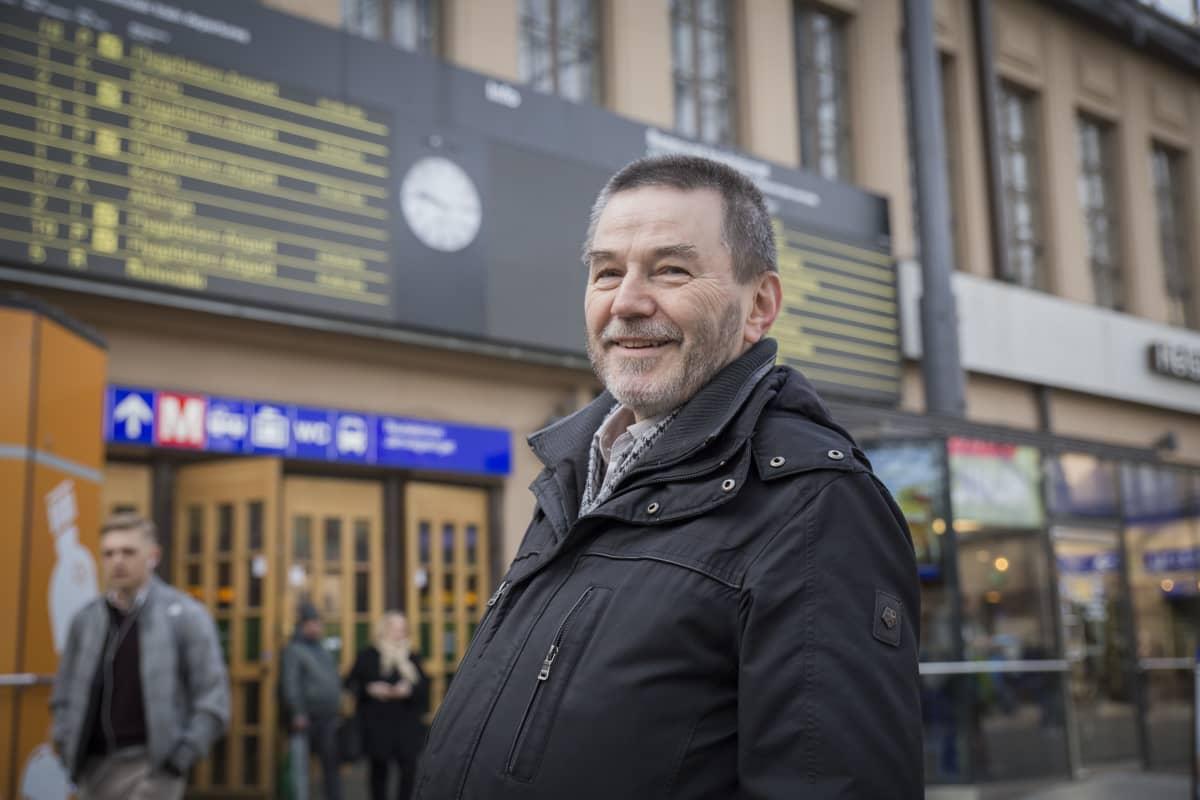 Raideliikenneasiantuntija Antero Alku katsoo Helsingin päärautatieasemalla.