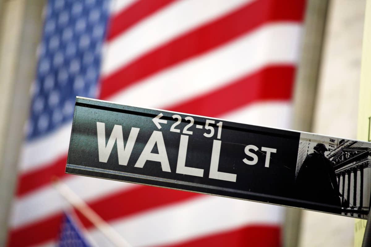 Wall Street -kyltti Yhdysvaltain lipun edessä.