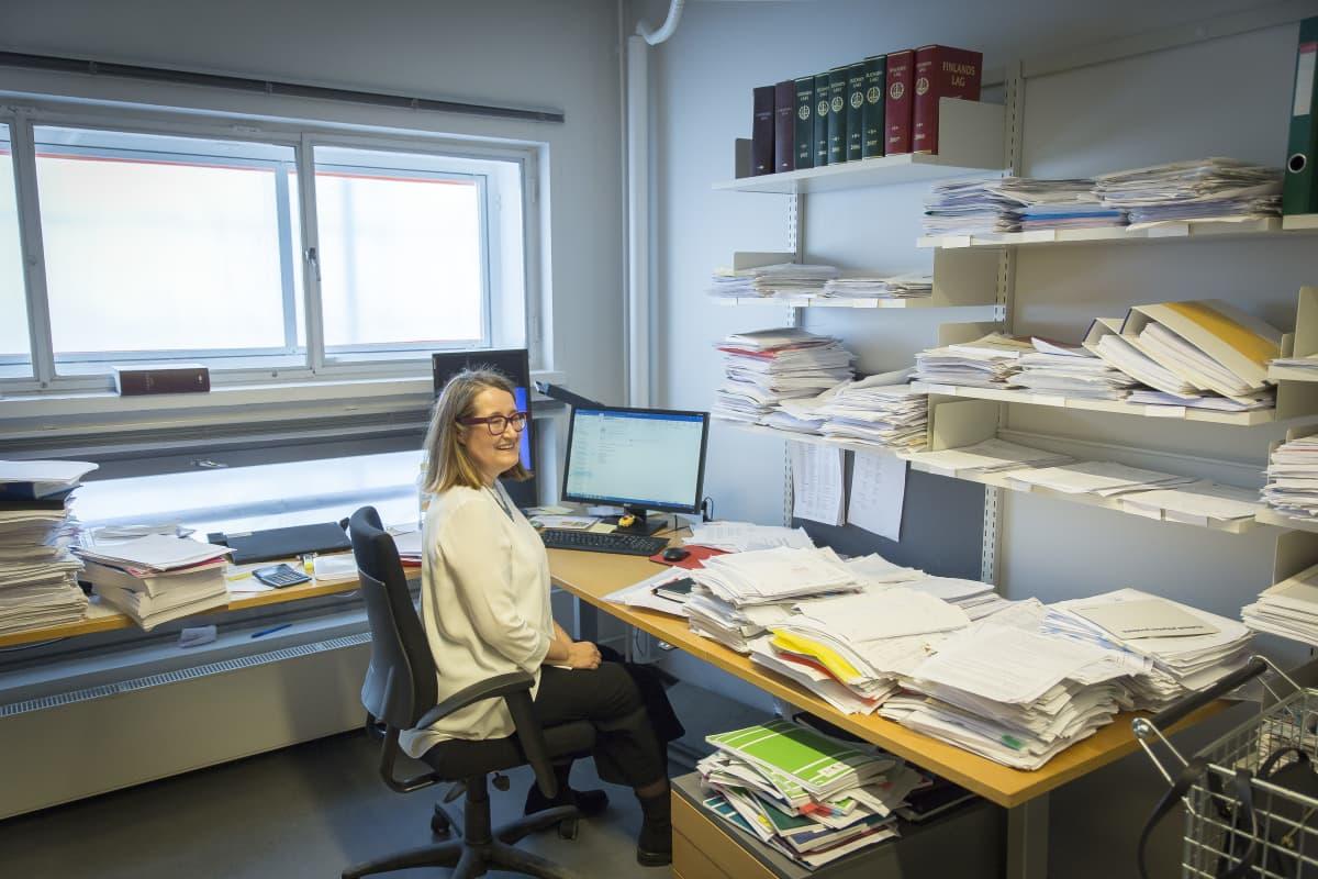 Käräjäoikeuden tuomari Minna Hällström työhuoneessaan.