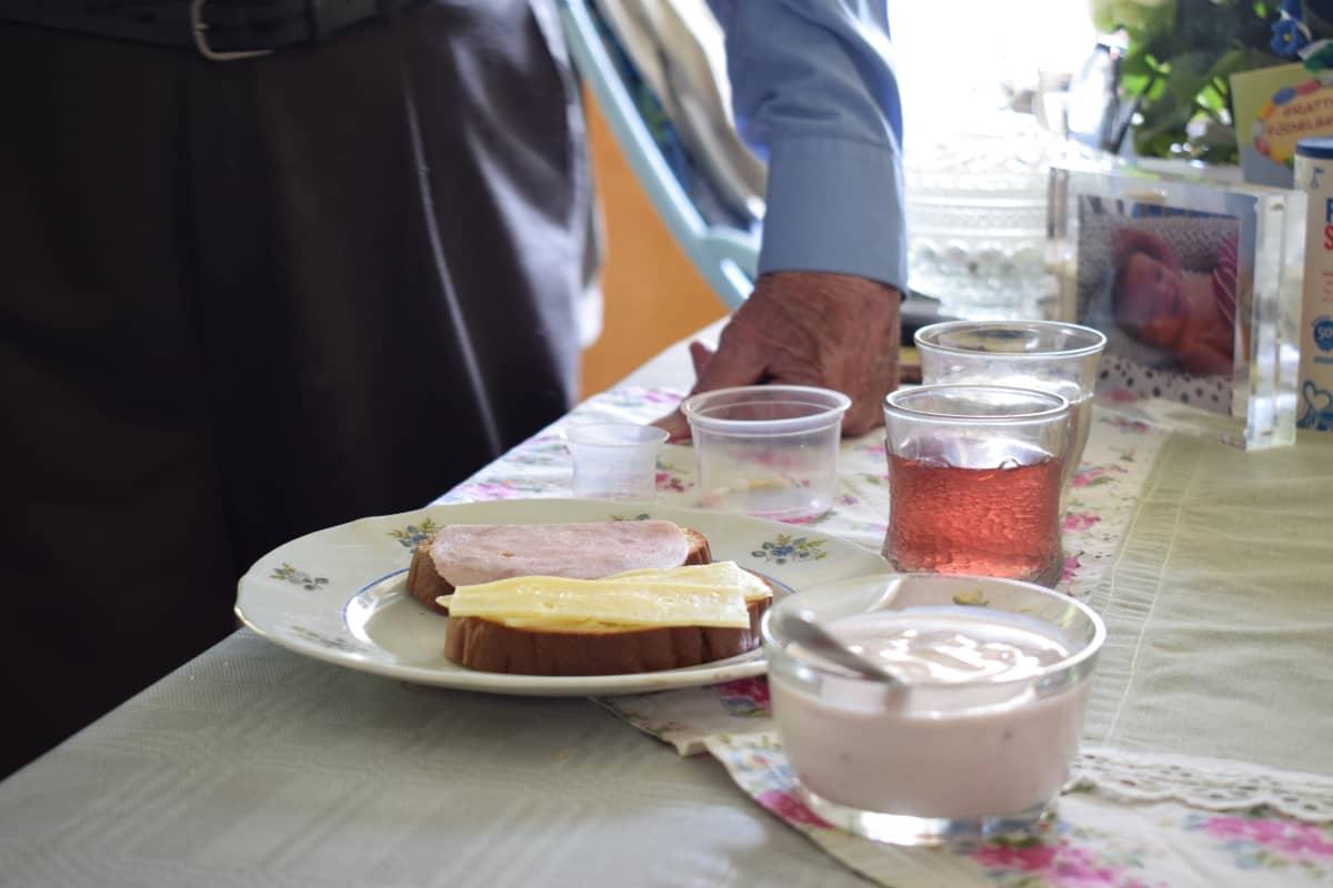 Aamiainen katettuna pöydässä.