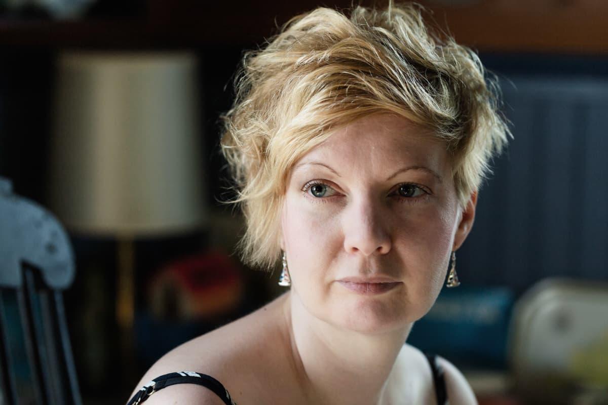Kirjailija Marianna Kurtto  Eeva Joenpellon kirjailijakodin suuressa keittiössä.