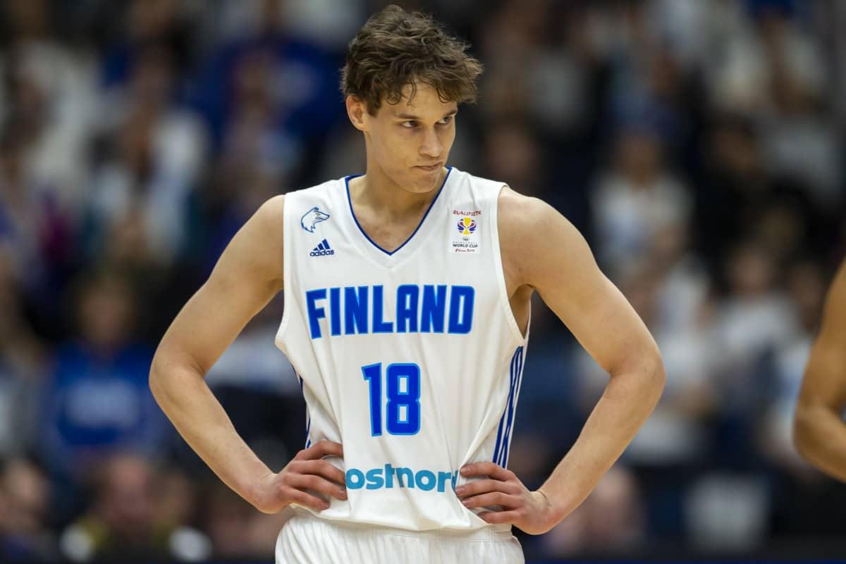 Suomen Mikael Jankunen MM-karsintaottelussa Ranskaa vastaan.