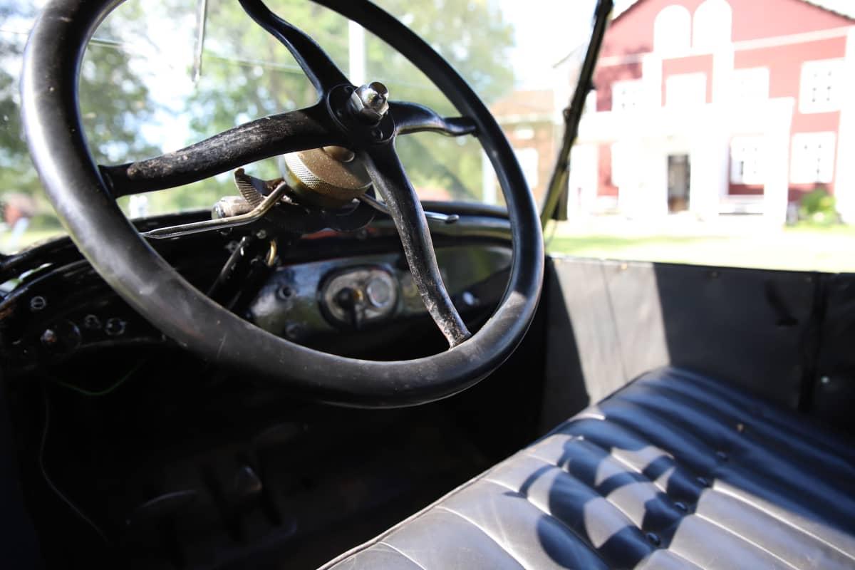 T-mallin Fordin ohjauspyörä.