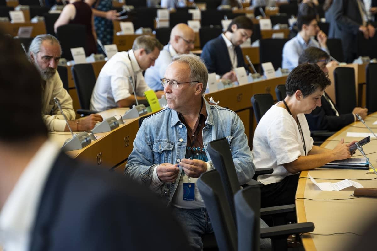 Teuvo Hakkarainen Brysselin EU-parlamentissa.