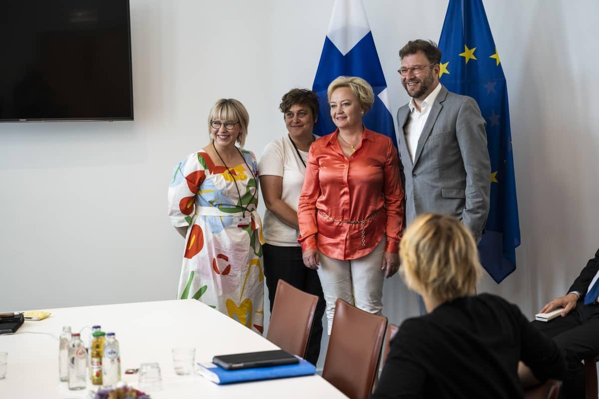 Kuvassa vasemmalta sosiaali- ja terveysministeri Aino-Kaisa Pekonen (vas.), europarlamentaarikot Silvia Modig (GUE/NGL, vas.) ja Elsi Katainen (Renew Europe, kesk.) sekä työministeri Timo Harakka (sd.) Brysselissä kesällä 2019.