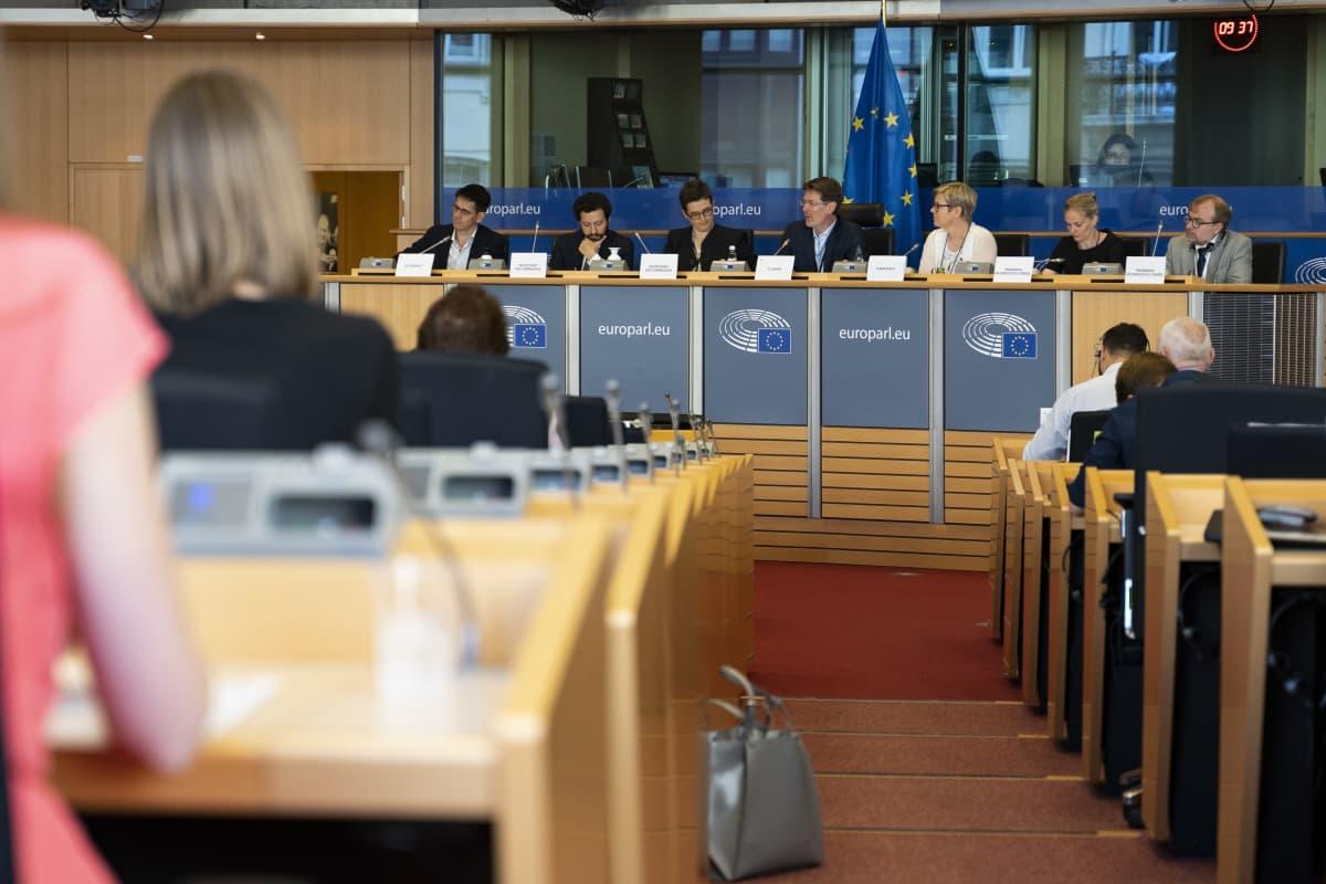 Vihreiden ympäristö- ja ilmastoministeri Krista Mikkonen (kolmas oikealta puhujakorokkeella) kertoi parlamentin ympäristövaliokunnalle Suomen ilmastotavoitteista.
