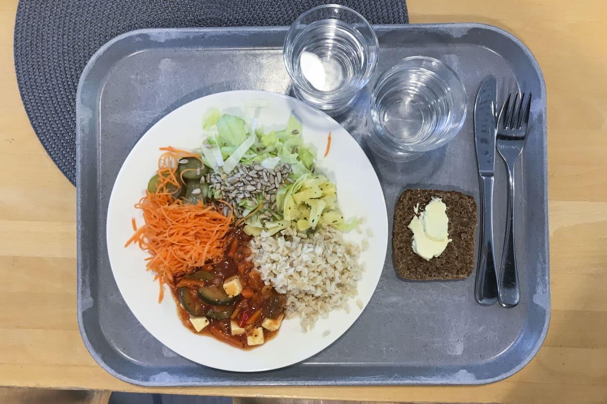 Tarjotin, jossa lautasellinen kouluruokaa.